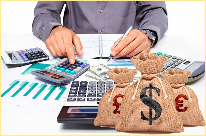 Расчеты на калькуляторе и мешки с валютой