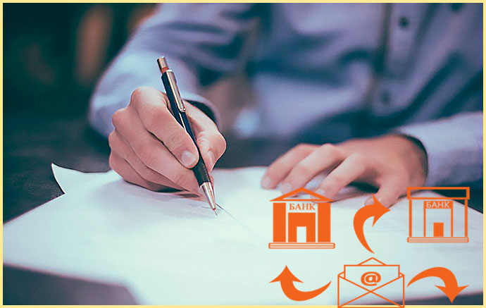 Человек пишет и письмо в банки