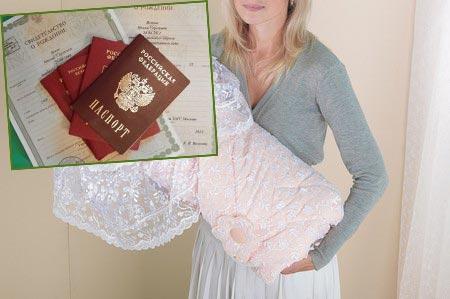 Женщина с новорожденным ребенком и документы