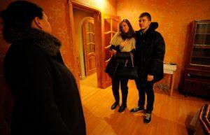 Пара смотрит квартиру