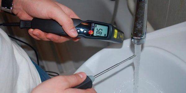 замеряем температуру горячей воды в кране