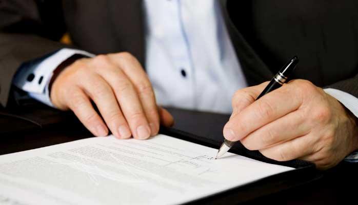 бизнесмен, человек подписывает договор