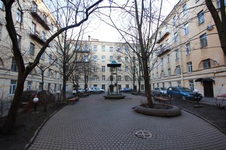 уютный, просторный дворик, много места для парковки