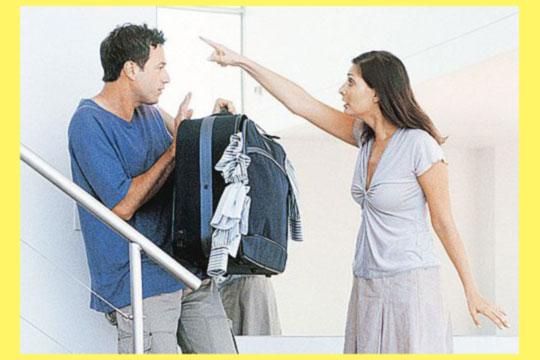 Женщина выгоняте мужчину из дома