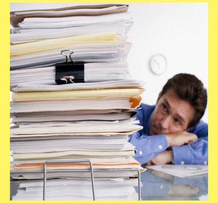 Стопка документов и человек