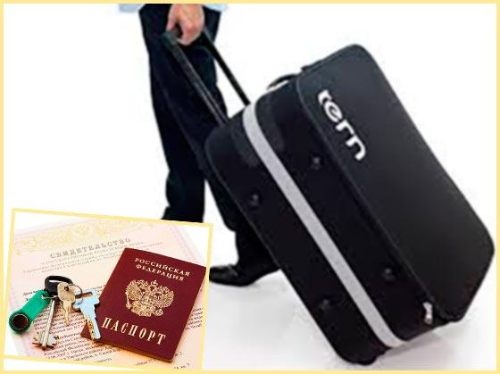 Человек с чемоданом и документы собственника на жилье