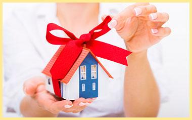 Дом в подарок в руках