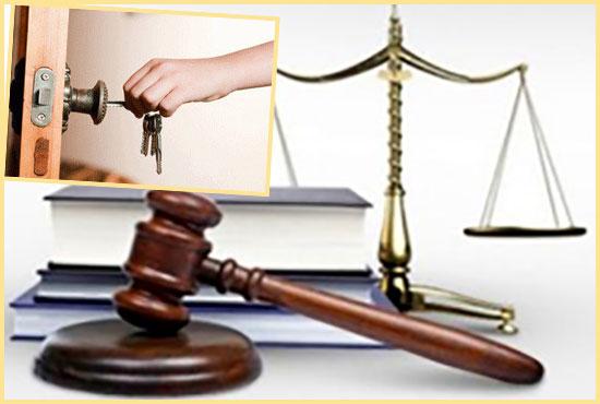 Судебные весы и молото и ключи от квартиры