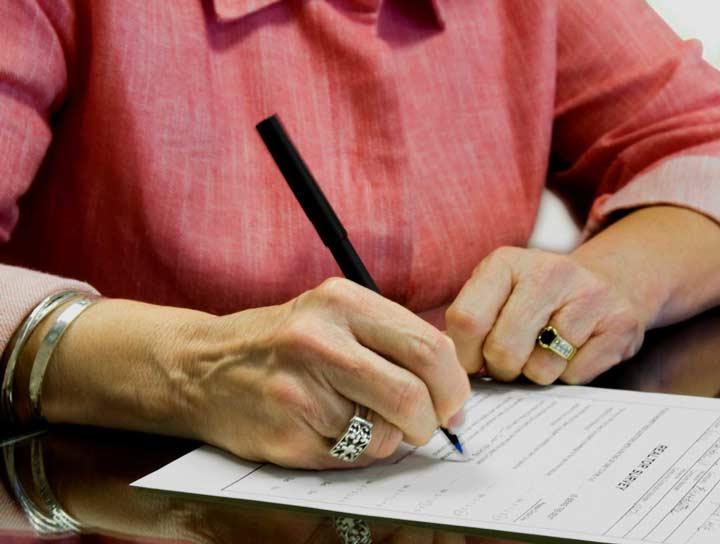 Обязательно присутствие дарителя или его доверенного лица во время оформления договора дарителя