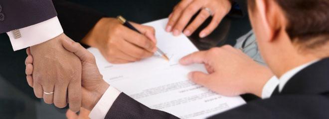 Рукопожатие и подпись документов