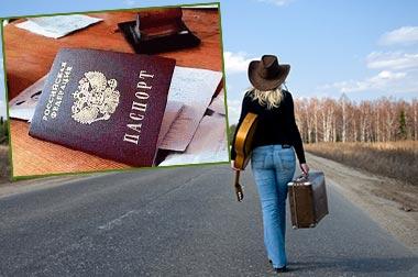 Человек идущий по дороге с вещами и паспорт рф
