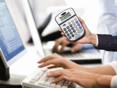 Набор на компьютере и калькулятор