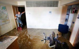 Отгребаем воду после затопления