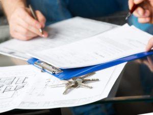 При вступлении в наследство вся процедура переоформления осуществляется через нотариальную контору